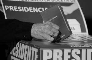 Un sistema electoral como el existente, carente de legitimidad y visión ética, no podrá generar un resultado que llegue a beneficiar a la población y resuelva los graves problemas que la misma enfrenta. Foto: AP.