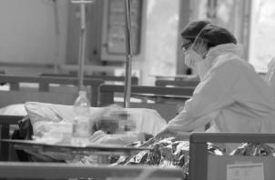 Una sociedad incrédula, ansiosa y temerosa, una economía en franco deterioro, y, lo peor, el colapso de las salas de cuidados intensivos por el COVID-19. Foto: EFE.