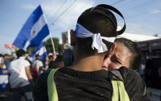 Una joven llora al cumplirse dos meses de las cruentas protestas en Nicaragua. FOTO/EFE