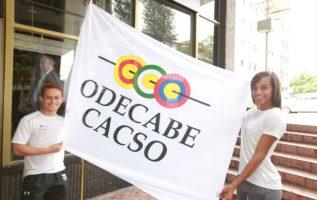 El karateca Héctor Cención (izq.) y la saltadora Nathalee Aranda con la bandera. Foto:Anayansi Gamez