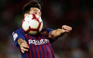 Messi domina el balón en el juego del Barcelona. Foto.EFE