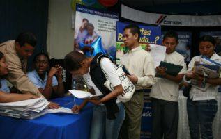 Panameños averiguan sobre los derechos laborales.