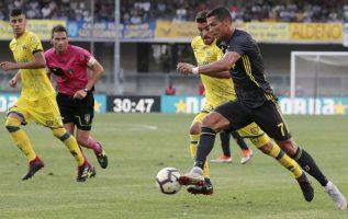 Cristiano Ronaldo de la Juventus (7) conduce el balón en el juego contra Chievo Verona. Foto:AP